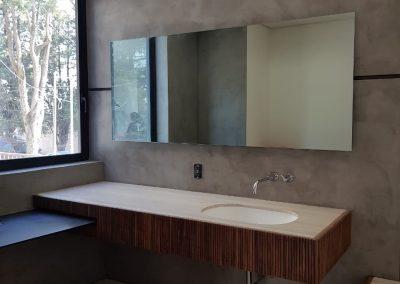 Revestimientos de microcemento en cuarto de baño dentro de casa habitación