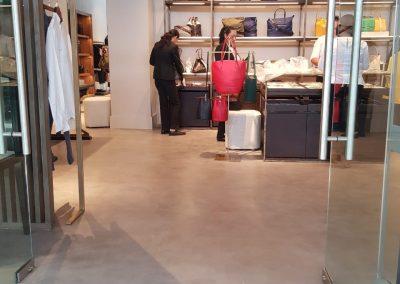 Mujeres acomodando productos Lacoste dentro de tienda